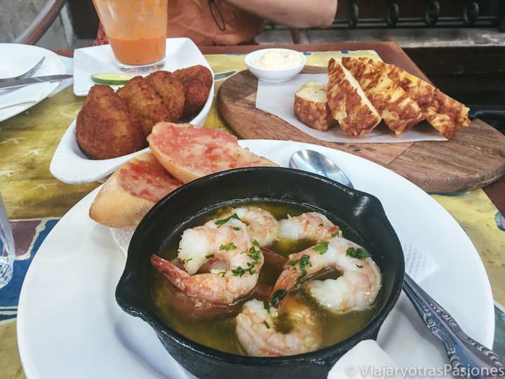 Mesa llena de deliciosas tapas de España