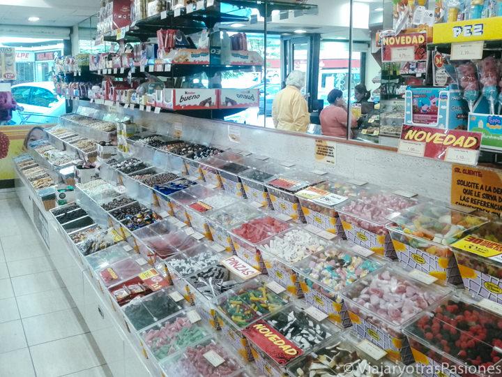 Interior de una típica tienda de chuches en Madrid, España