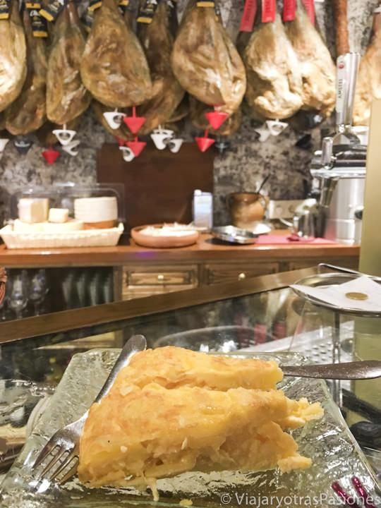 Delicioso pincho de tortilla en al famoso restaurante José Maria en Segovia, España