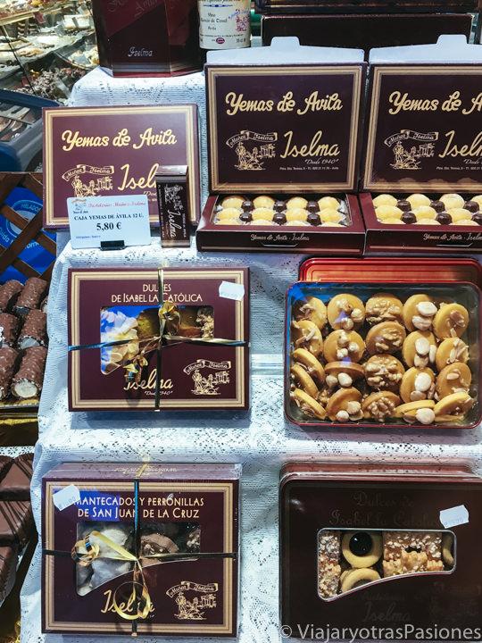 Cajas con las famosas yemas de Ávila en España