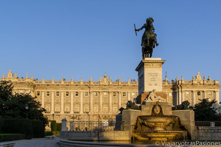 Increíble vista en el amanecer del Palacio real de Madrid, España