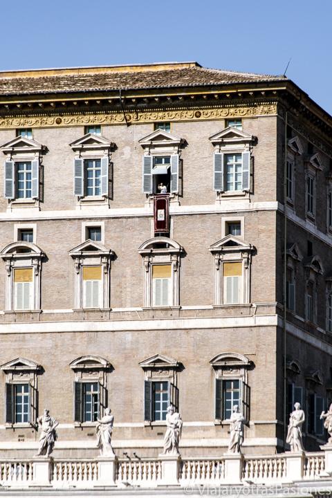 Imagen del Papa Francisco asomado al balcón del Palacio Apostólico en Plaza San Pedro en el Vaticano