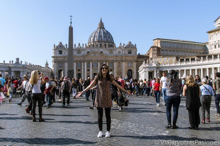 Multitud de gente en la famosa plaza de San Pedro en el Vaticano, Roma
