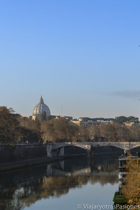 Vista de la cúpula de San Pedro desde el puente Sisto en el centro de Roma, Italia