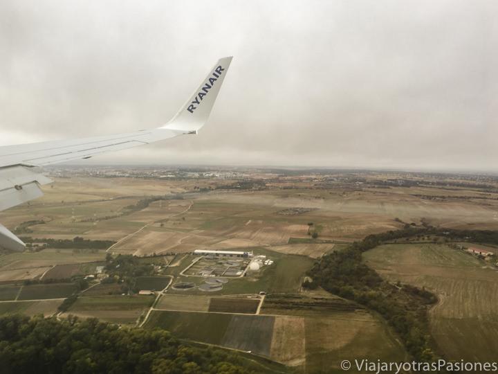 Panorama desde el avión durante el aterrizaje en el aeropuerto de Madrid, en España
