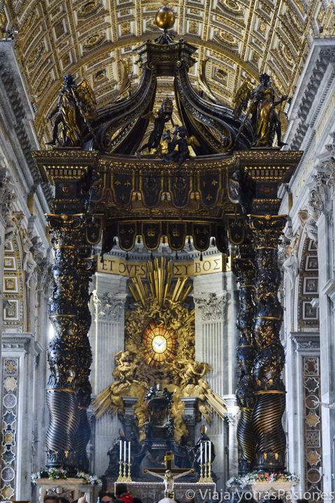 Imagen del célebre Baldaquino de la Basílica de San Pedro en el Vaticano