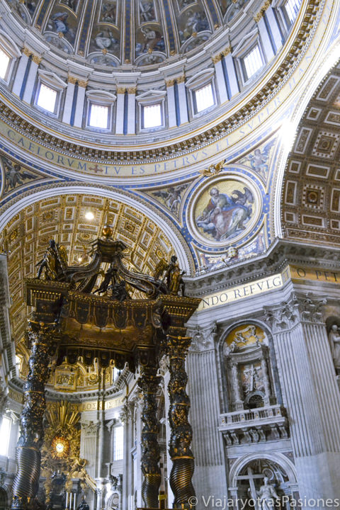 Espectacular imagen del interior de la basílica de San Pedro en el Vaticano, en Roma