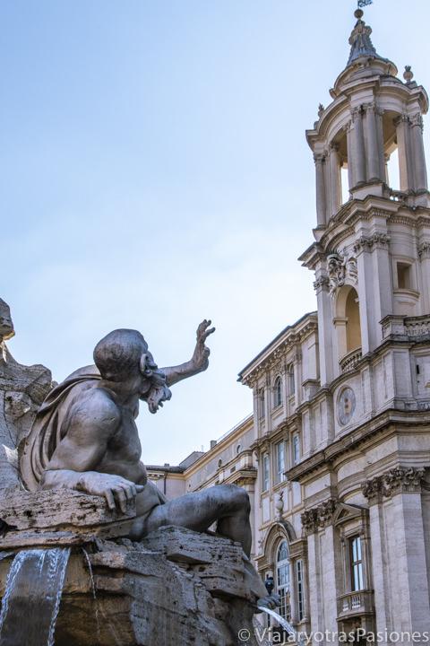 Detalle de la Fontana dei Quattro Fiumi de Bernini y la iglesia de frente en Piazza Navona, Roma