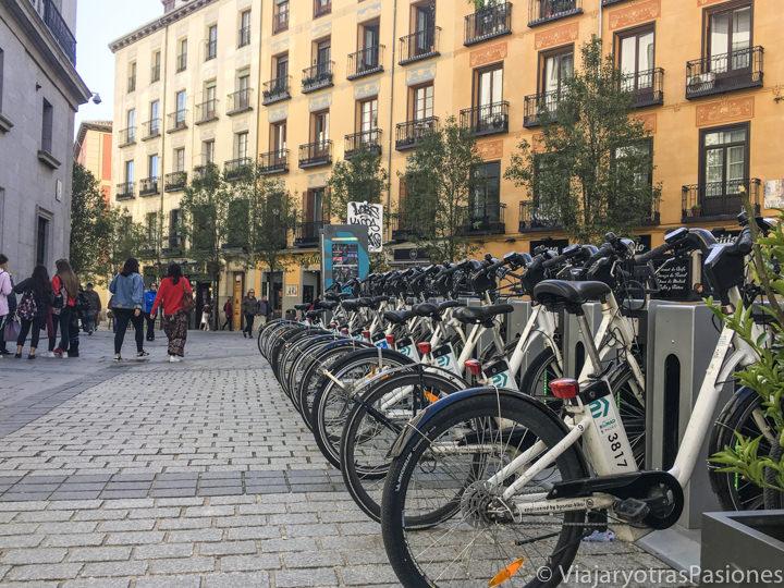 Estación de bicis publicas en el centro de Madrid, España