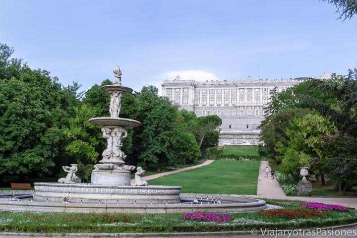 Increíble vista del Palacio Real desde el Campo del Moro en Madrid, España
