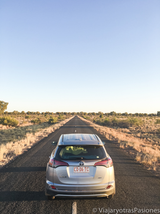 Espectacular imagen de una carretera en el outback cerca de Uluru, Australia
