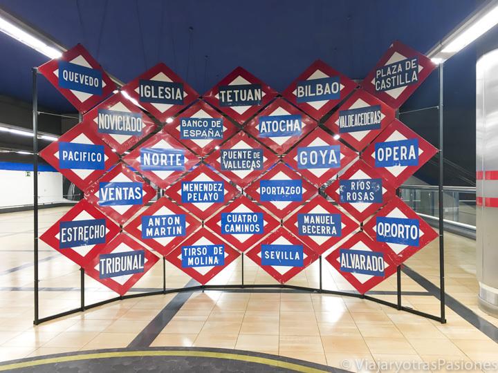 Señales con los nombres de la estaciones del metro de Madrid, España