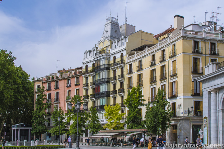 Bonitas casas en la famosa Plaza de Oriente en Madrid, España
