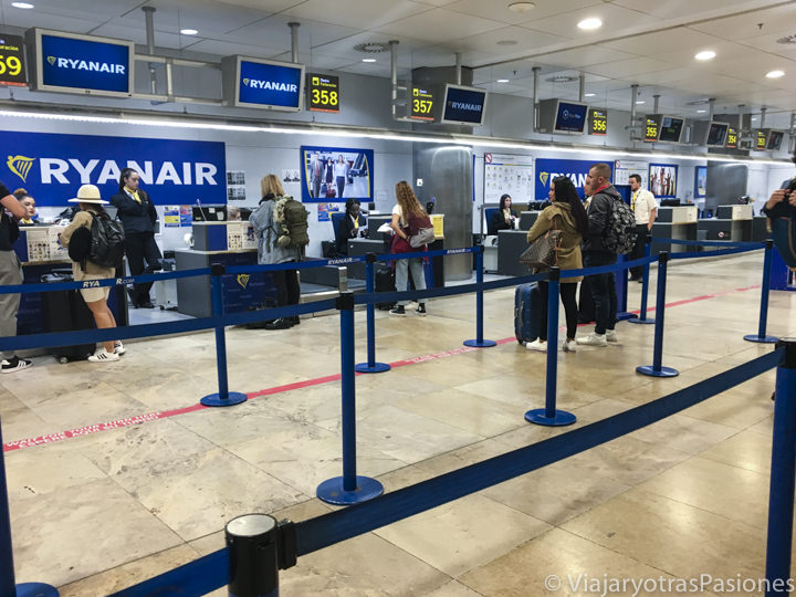 Check-in de la compañía low cost Ryan Air en el aeropuerto de Madrid