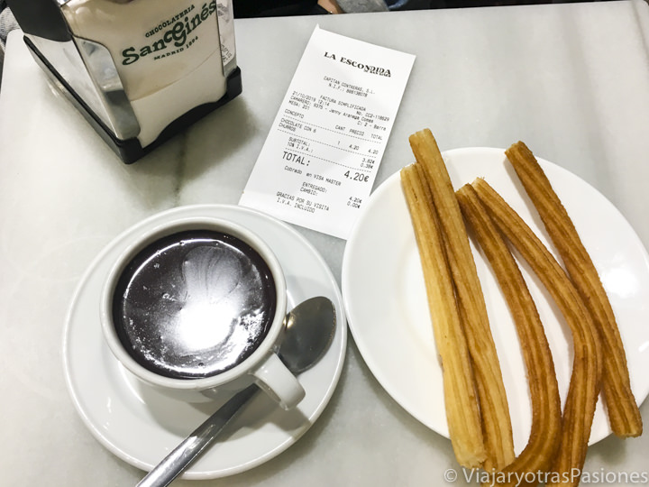 Deliciosa chocolate y churros de la famosa chocolatería San Ginés, Madrid