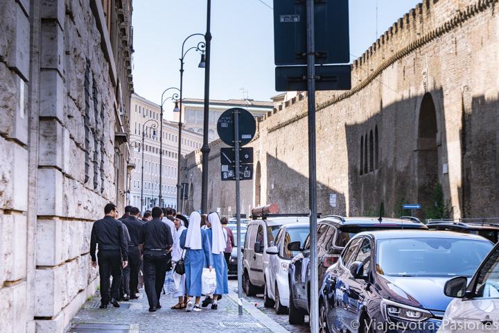 Grupo de religiosos cerca de las muralla Leonina en Roma, Italia