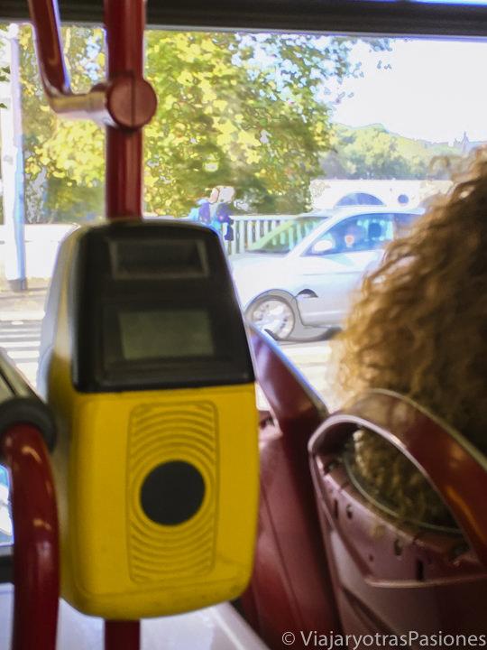 Lector a bordo de un bus del transporte publico en Roma, Italia