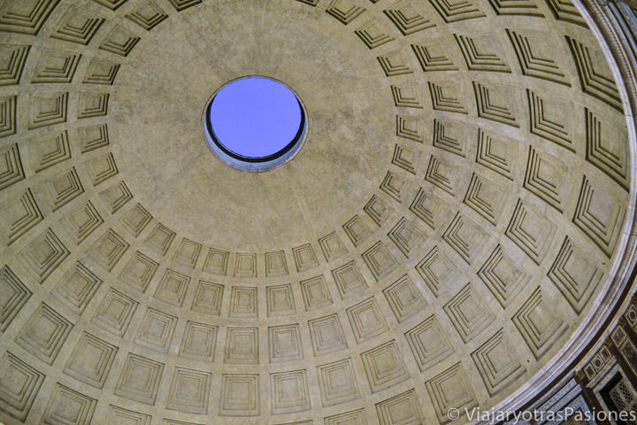 Detalle del techo del célebre Pantheon de Roma, en Italia