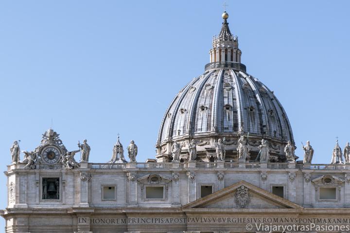 Panorama de la fachada de la basílica de San Pedro y la famosa cúpula di Miguel Ángel en el Vaticano