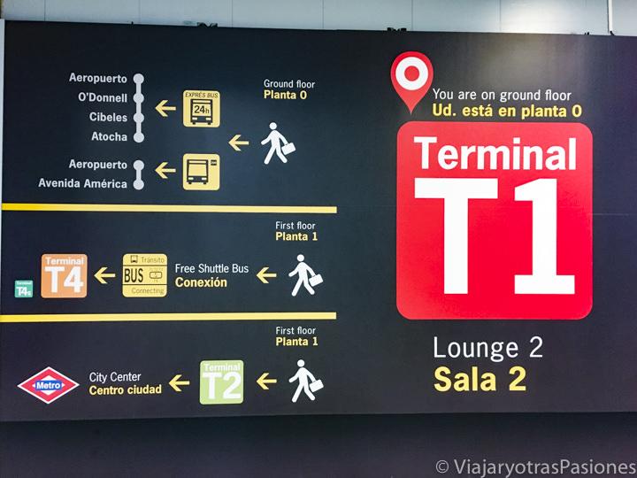 Direcciones en el interior del aeropuerto de Madrid, en España
