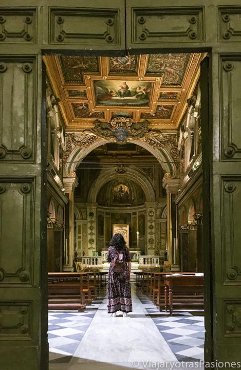 Entrada de la iglesia de San Bartolomeo en el centro de Roma, Italia