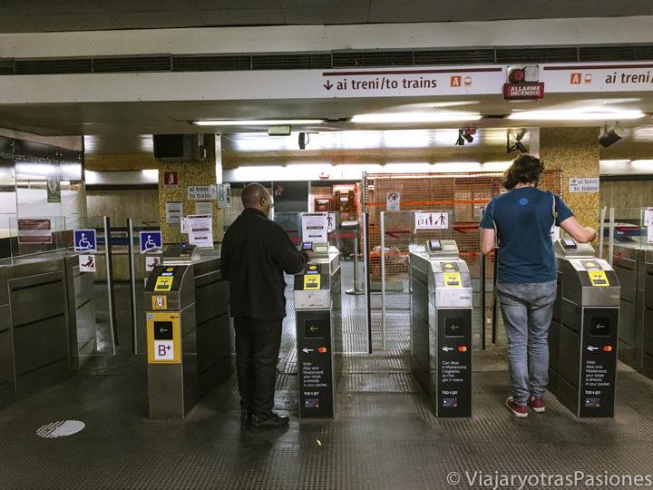 Típica entrada de la metro de Roma, en Italia