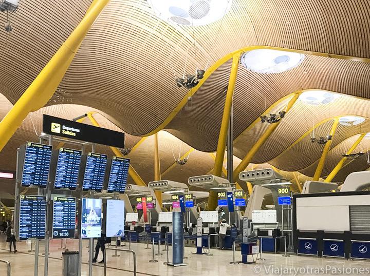 Sala interior del aeropuerto de Barajas en Madrid, España