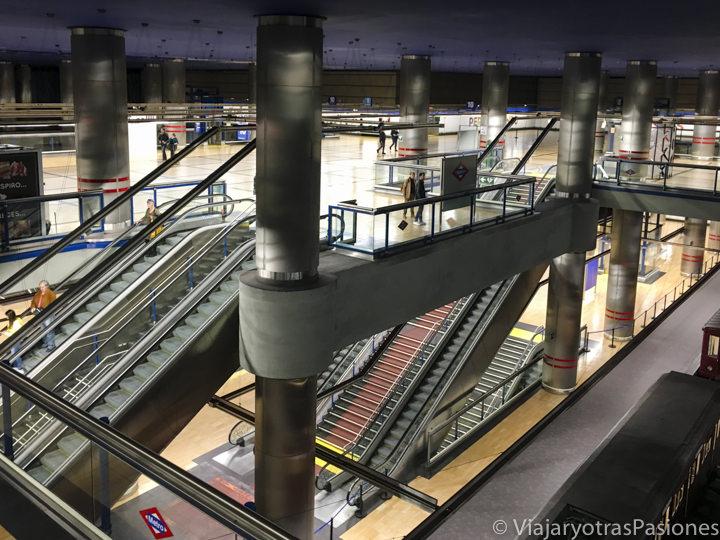 Escaleras mecánicas en una estación del transporte de Madrid,España