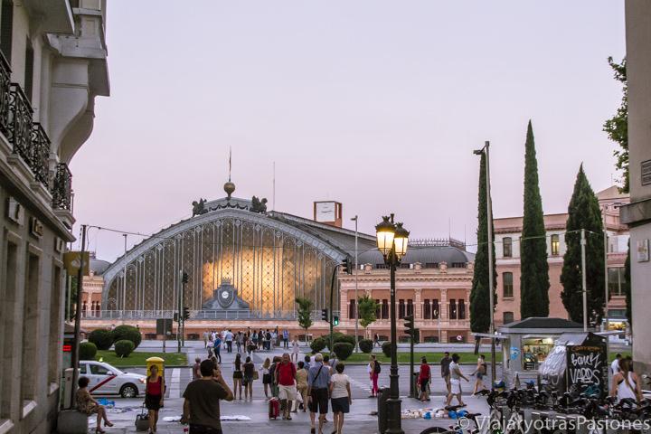 Espectacular vista de la famosa estación de Atocha en el centro de Madrid, España