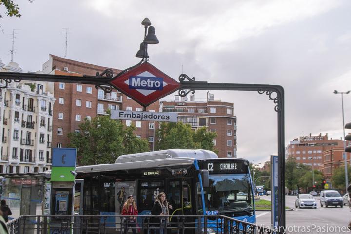 Entrada de la estación de metro de Embajadores en el centro de Madrid, España