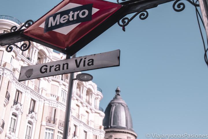 Detalle de la entrada de estación de la Gran Via en Madrid, España