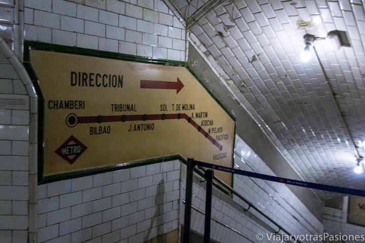 Entrada del museo en la estación de Chamberi en el centro de Madrid, España