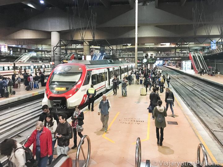 Interior de una estación de cercania en el transporte de Madrid, España