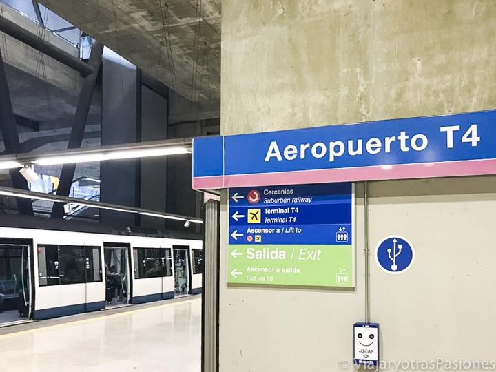 Cartel en la estación del metro en el aeropuerto de Madrid, en España