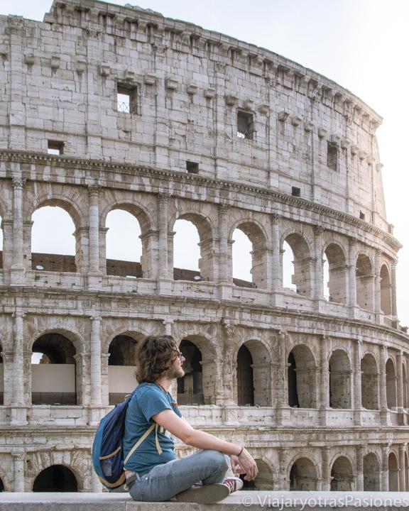 Atardecer cerca del famoso Colosseo de Roma en Italia