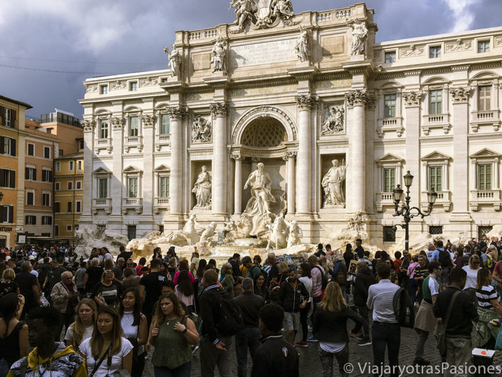 Multitud de gente cerca de la Fontana di Trevi en Roma, Italia