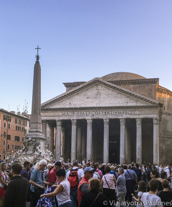 Fachada del famoso Pantheon con muchos turistas esperando