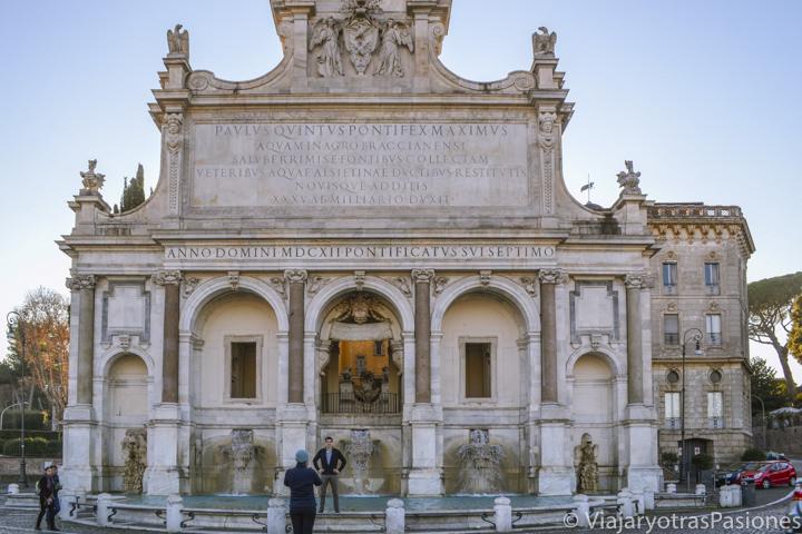 Bonita vista de la famosa fontana del Acqua Paola en el Gianicolo, Roma