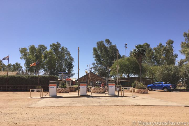 Gasolinera en el medio del outback en Australia