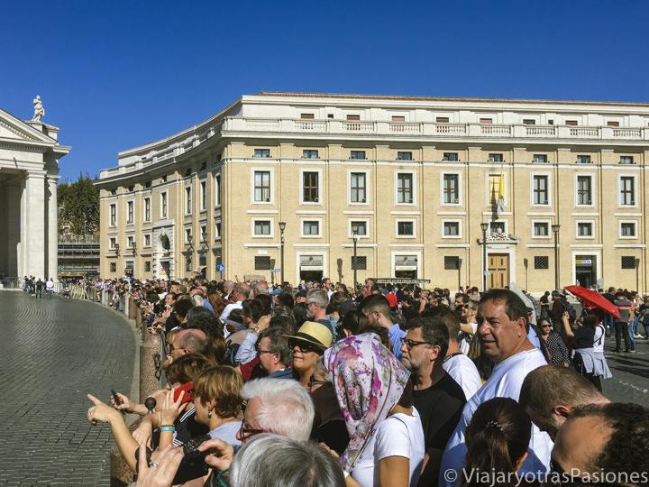 Multitud de gente esperando el Papa en Plaza San Pedro en el Vaticano, Roma