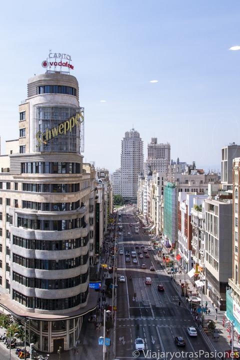 Preciosa vista de la Gran Via desde el mirador del Corte Ingles en el centro de Madrid, España