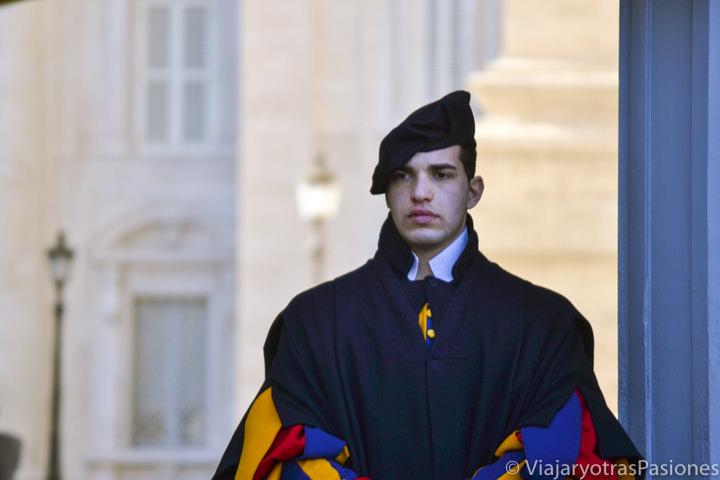 Imagen de un membro de la Guardia Suiza en el Vaticano en Roma, Italia