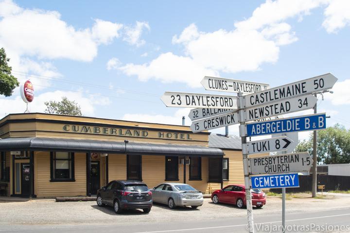 Exterior del bonito Cumberland Hotel en los Goldfields de Victoria