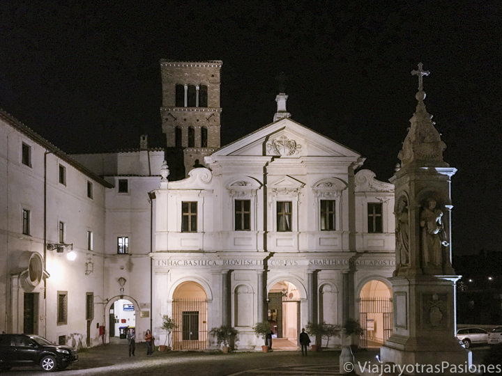 Hermosa fachada de la iglesia de San Bartolomeo en la Isola Tiberina, en Roma