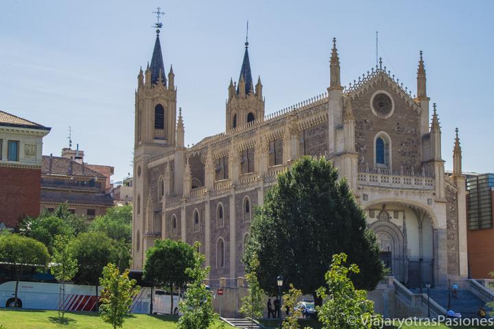 Vista de la famosa iglesia de los Jerónimos en Madrid, España
