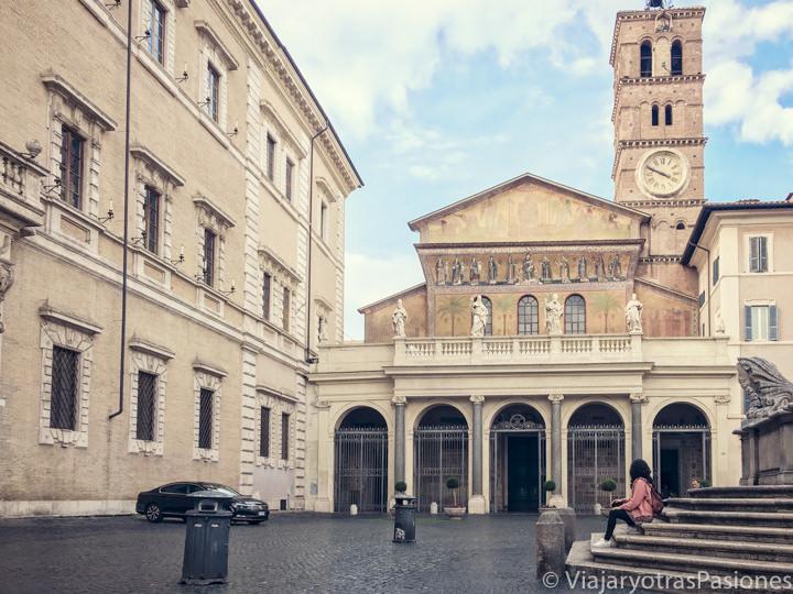 Detalle de la hermosa plaza de Santa María de Trastevere en Roma, Italia