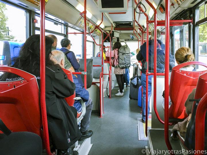 Interior de un típico bus publico para moverse por Roma, Italia