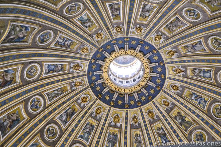 Vista del espectacular interior de la Cúpula de San Pedro en la Ciudad del Vaticano, Roma