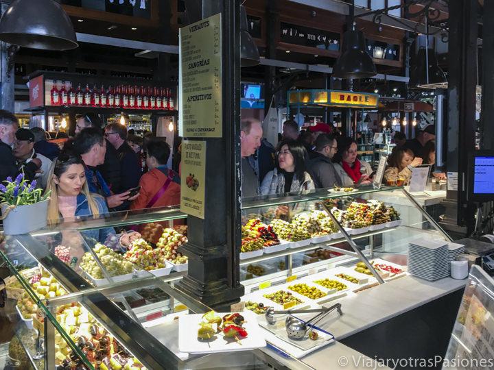 Puesto de comida en el mercado de San Miguel en Madrid, España