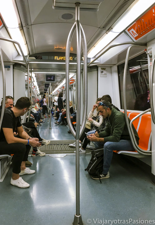 Interior de un tren de la metro de Roma, en Italia
